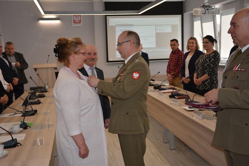 """Ilustracja do informacji: Otrzymali srebrne medale """"Za zasługi dla obronności kraju"""""""